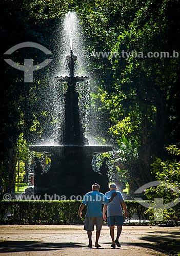 Idosos próximo ao Chafariz das Musas no Jardim Botânico do Rio de Janeiro  - Rio de Janeiro - Rio de Janeiro (RJ) - Brasil