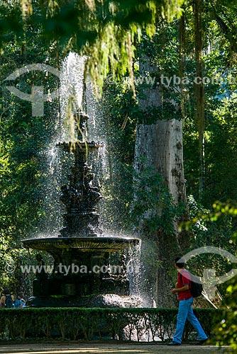 Homem próximo ao Chafariz das Musas no Jardim Botânico do Rio de Janeiro  - Rio de Janeiro - Rio de Janeiro (RJ) - Brasil