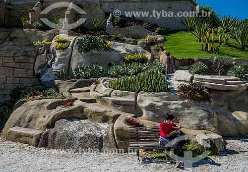 Mulher em banco de praça do Jardim Suspenso do Valongo  - Rio de Janeiro - Rio de Janeiro (RJ) - Brasil