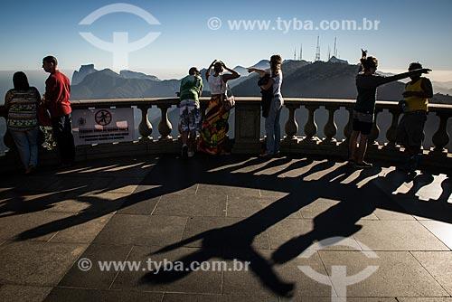 Turistas no mirante do Cristo Redentor com a Pedra da Gávea e o Morro do Sumaré ao fundo  - Rio de Janeiro - Rio de Janeiro (RJ) - Brasil