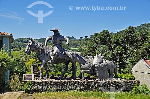 Monumento ao tropeiro chamado João Líbia - que trazia de viagem sacos de açúcar quando o carregamento caiu no rio, dando origem ao nome da cidade de Água Doce  - Água Doce - Santa Catarina (SC) - Brasil