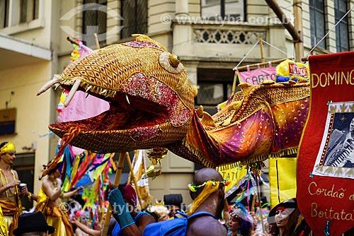 Estandarte durante o desfile do bloco de carnaval de rua Cordão do Boitatá na Rua da Assembléia  - Rio de Janeiro - Rio de Janeiro (RJ) - Brasil