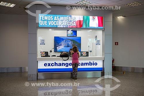 Mulher em casa de câmbio no Aeroporto Internacional Juscelino Kubitschek  - Brasília - Distrito Federal (DF) - Brasil