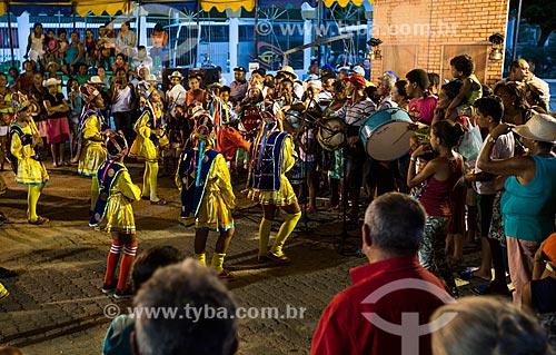 Grupo de Reisado Estrela Guia se apresentando na Praça dos Romeiros - em frente à Basílica Santuário de Nossa Senhora das Dores  - Juazeiro do Norte - Ceará (CE) - Brasil