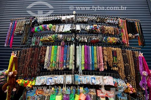 Terços à venda na Praça dos Romeiros - em frente à Basílica Santuário de Nossa Senhora das Dores  - Juazeiro do Norte - Ceará (CE) - Brasil