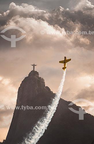 Avião participando da Red Bull Air Race com o Cristo Redentor ao fundo  - Rio de Janeiro - Rio de Janeiro (RJ) - Brasil