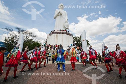 Grupo de Reisado de São Miguel se apresentando na Colina do Horto com a estátua de Padre Cícero (1969) ao fundo  - Juazeiro do Norte - Ceará (CE) - Brasil
