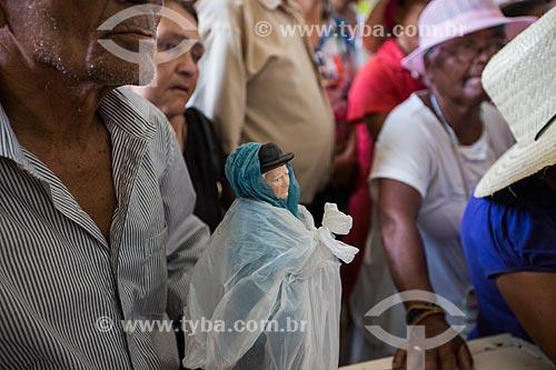 Fiel com imagem religiosa de Padre Cícero durante a missa de despedida dos romeiros na Basílica Santuário de Nossa Senhora das Dores  - Juazeiro do Norte - Ceará (CE) - Brasil