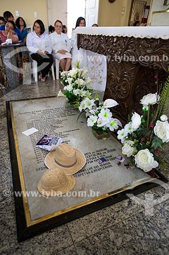 Túmulo onde estão sepultados os restos mortais do Padre Cícero no interior da Capela Nossa Senhora do Perpétuo Socorro  - Juazeiro do Norte - Ceará (CE) - Brasil