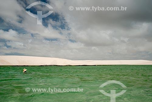 Mulher nadando na Lagoa América no Parque Nacional dos Lençóis Maranhenses  - Santo Amaro do Maranhão - Maranhão (MA) - Brasil