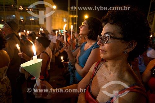 Mulher segurando vela durante a Romaria de Nossa Senhora das Candeias próximo à Basílica Santuário de Nossa Senhora das Dores  - Juazeiro do Norte - Ceará (CE) - Brasil