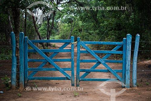 Porteira de fazenda entre as cidade do Crato e Nova Olinda às margens da Rodovia CE-292 - Floresta Nacional do Araripe-Apodi  - Crato - Ceará (CE) - Brasil
