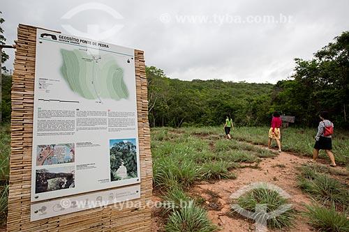Placa no acesso ao Geossítio Ponte de Pedra no Geoparque Araripe  - Nova Olinda - Ceará (CE) - Brasil