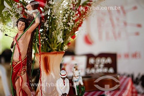 Imagens religiosas sobre a mesa durante a roda de Samba do grupo Sambastião  - Rio de Janeiro - Rio de Janeiro (RJ) - Brasil