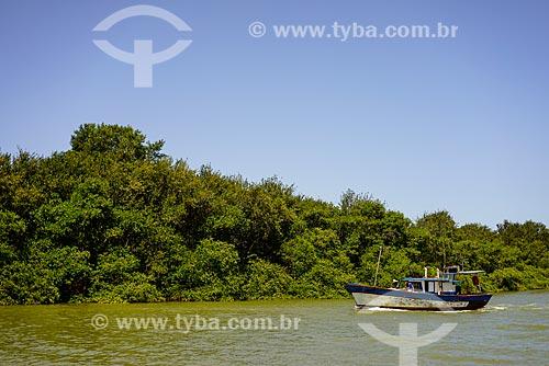 Barco no Rio São João  - São Francisco de Itabapoana - Rio de Janeiro (RJ) - Brasil