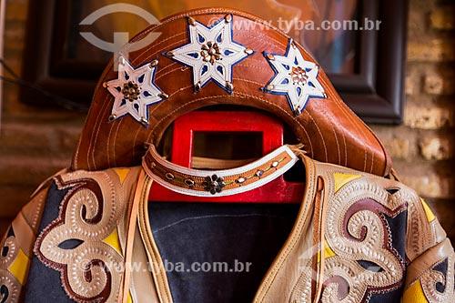Roupa típica de vaqueiro nordestino à venda - feita em couro pelo artesão Espedito Seleiro  - Nova Olinda - Ceará (CE) - Brasil