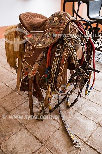 Sela de couro feita pelo artesão Espedito Seleiro em exposição no Museu do Ciclo do Couro - Memorial Espedito Seleiro  - Nova Olinda - Ceará (CE) - Brasil