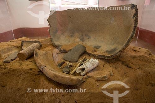 Grande pote de cerâmica (Igaçaba) usado como urna funerária encontrado no Sítio São Bento (Crato - CE) em exposição na Fundação Casa Grande - Memorial do Homem Kariri  - Nova Olinda - Ceará (CE) - Brasil