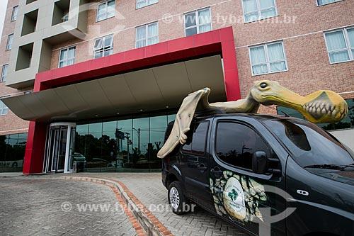 Carro do Geoparque Araripe decorado com Pterossauro em frente ao Hotel Iu-á  - Juazeiro do Norte - Ceará (CE) - Brasil