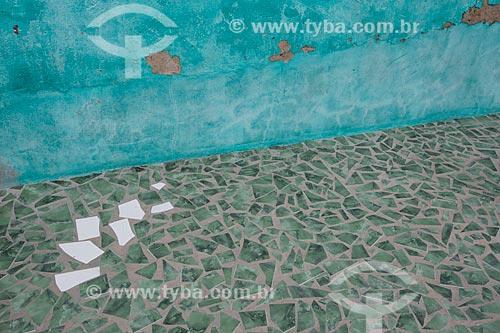 Detalhe de calçamento com piso de cacos de cerâmica - típico de casa em Juazeiro do Norte  - Juazeiro do Norte - Ceará (CE) - Brasil