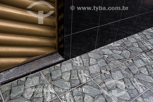 Detalhe de calçamento imitando o piso de cacos de cerâmica - típico de casa em Juazeiro do Norte  - Juazeiro do Norte - Ceará (CE) - Brasil