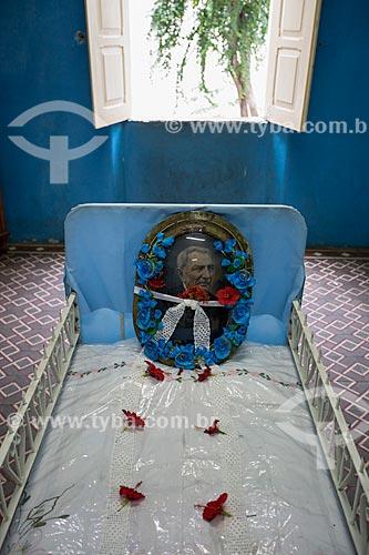 Detalhe de cama onde dormia e faleceu Padre Cícero em exposição no Museu Vivo de Padre Cícero - também conhecido como Casarão do Horto  - Juazeiro do Norte - Ceará (CE) - Brasil