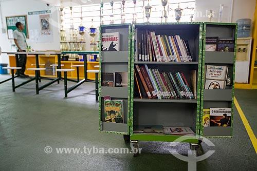 Detalhe do contêiner com livros - parte do projeto do SESI de Biblioteca Itinerante do Trabalhador para educação continuada - na Fábrica da Cajuína São Geraldo  - Juazeiro do Norte - Ceará (CE) - Brasil