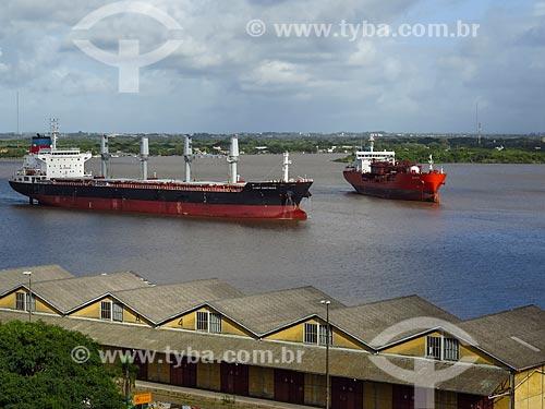 Navios cargueiros no Lago Guaíba  - Porto Alegre - Rio Grande do Sul (RS) - Brasil
