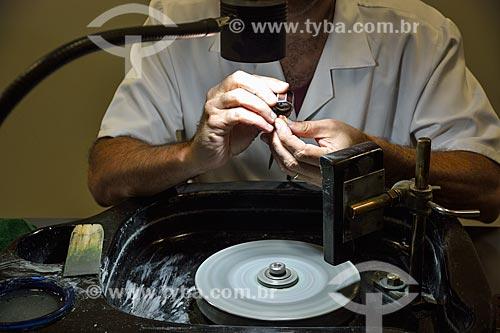 Ourives trabalhando na lapidação de jóia  - Rio de Janeiro - Rio de Janeiro (RJ) - Brasil