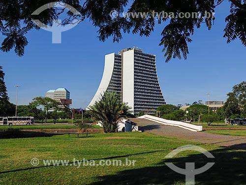 Ponte de Pedra (1843) - também conhecida como Ponte dos Açores - com o Centro Administrativo do Estado do Rio Grande do Sul (CAERGS) - também conhecido como Centro Administrativo Fernando Ferrari - ao fundo  - Porto Alegre - Rio Grande do Sul (RS) - Brasil