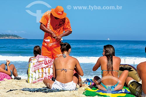 Vendedor de mate - considerados Patrimônio Cultural e Imaterial da cidade do Rio de Janeiro - vendendo biscoito de polvilho Globo na Praia de Ipanema  - Rio de Janeiro - Rio de Janeiro (RJ) - Brasil