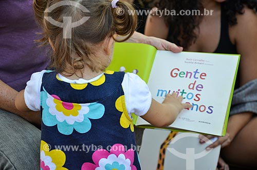 Menina com livro durante a Festa Literária de Santa Teresa (FLIST)  - Rio de Janeiro - Rio de Janeiro (RJ) - Brasil