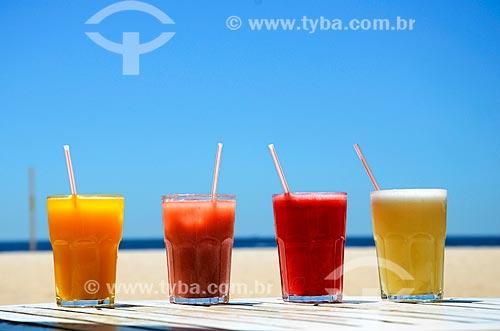 Copos de sucos com a Praia de Copacabana ao fundo  - Rio de Janeiro - Rio de Janeiro (RJ) - Brasil