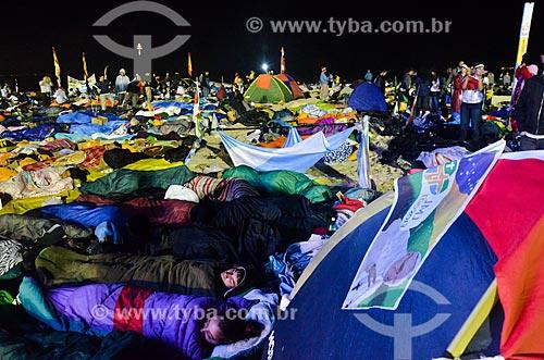 Peregrinos dormindo na Praia de Copacabana durante a Jornada Mundial da Juventude (JMJ)  - Rio de Janeiro - Rio de Janeiro (RJ) - Brasil