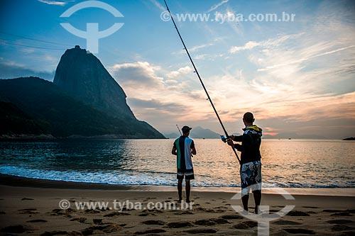 Pescadores às margens da Praia Vermelha com o Pão de Açúcar ao fundo durante o nascer do sol  - Rio de Janeiro - Rio de Janeiro (RJ) - Brasil