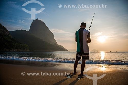 Pescador às margens da Praia Vermelha com o Pão de Açúcar ao fundo durante o nascer do sol  - Rio de Janeiro - Rio de Janeiro (RJ) - Brasil