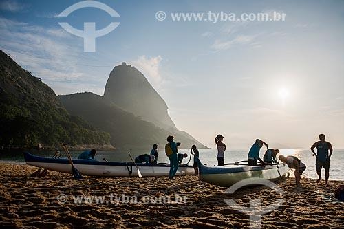 Praticantes de canoagem na Praia Vermelha com o Pão de Açúcar ao fundo durante o nascer do sol  - Rio de Janeiro - Rio de Janeiro (RJ) - Brasil
