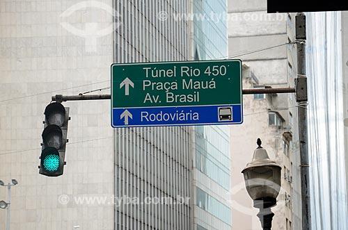 Detalhe de placa indicando o Túnel Rio450 na Rua Primeiro de Março  - Rio de Janeiro - Rio de Janeiro (RJ) - Brasil