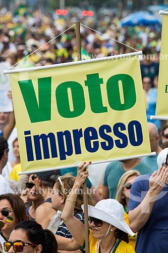 Faixa com os dizeres: Voto impresso, durante manifestação contra a corrupção e pelo Impeachment para Presidenta Dilma Rousseff na orla da Praia de Copacabana  - Rio de Janeiro - Rio de Janeiro (RJ) - Brasil