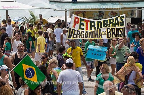 Faixa com os dizeres: Petrobras vergonha do Brasil, durante manifestação contra a corrupção e pelo Impeachment para Presidenta Dilma Rousseff na orla da Praia de Copacabana  - Rio de Janeiro - Rio de Janeiro (RJ) - Brasil