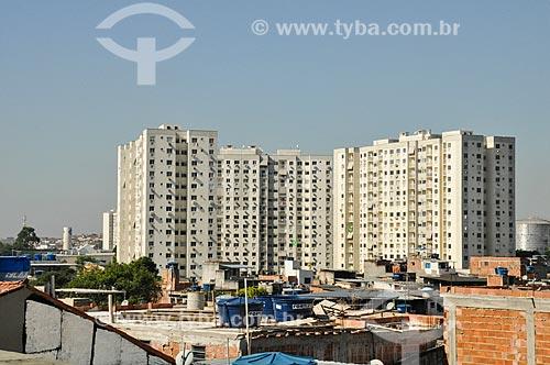 Vista de favela às margens da Linha Amarela com o Condomínio Residencial Norte Village ao fundo  - Rio de Janeiro - Rio de Janeiro (RJ) - Brasil