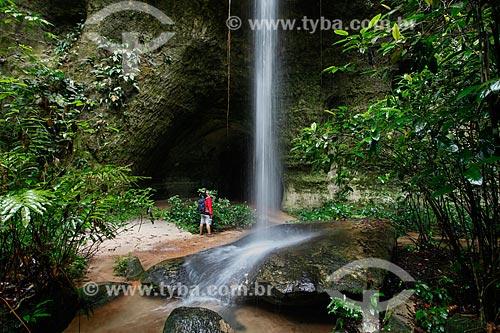 Turista observando a cachoeira e caverna do Maroaga  - Presidente Figueiredo - Amazonas (AM) - Brasil