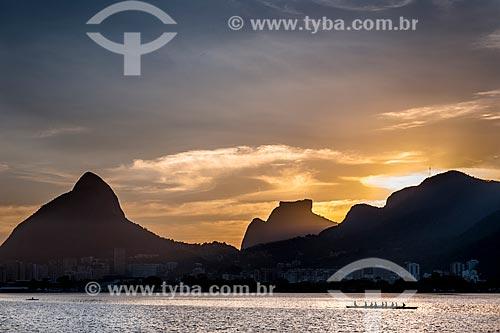 Vista do pôr do sol na Lagoa Rodrigo de Freitas com o Morro Dois Irmãos e a Pedra da Gávea ao fundo  - Rio de Janeiro - Rio de Janeiro (RJ) - Brasil