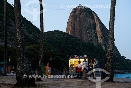 Comércio ambulante na Praia Vermelha com o Pão de Açúcar ao fundo  - Rio de Janeiro - Rio de Janeiro (RJ) - Brasil