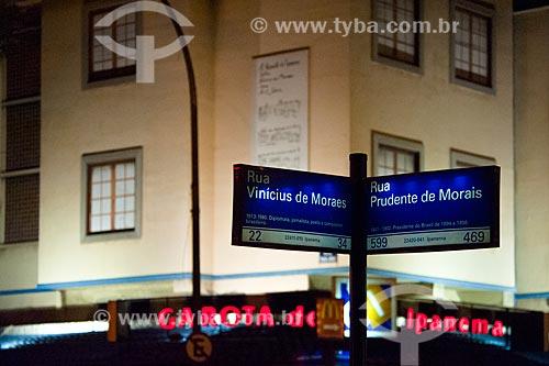 Placa na esquina das Ruas Vinicius de Moraes e Prudente de Morais, com Bar Garota de Ipanema ao fundo  - Rio de Janeiro - Rio de Janeiro (RJ) - Brasil