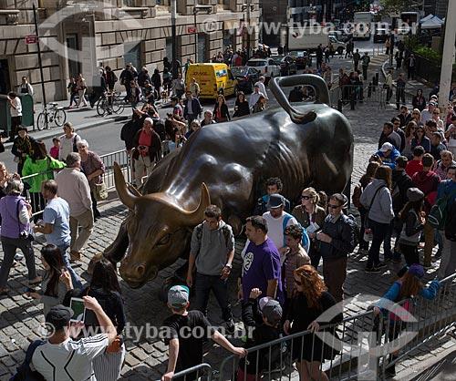 Turistas próximos ao Charging Bull (1989) - também conhecido como Touro de Wall Street  - Cidade de Nova Iorque - Nova Iorque - Estados Unidos