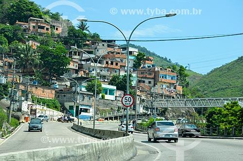 Avenida Menezes Cortes - também conhecida como Estrada Grajaú-Jacarepaguá - com casas do Morro do Encontro ao fundo  - Rio de Janeiro - Rio de Janeiro (RJ) - Brasil