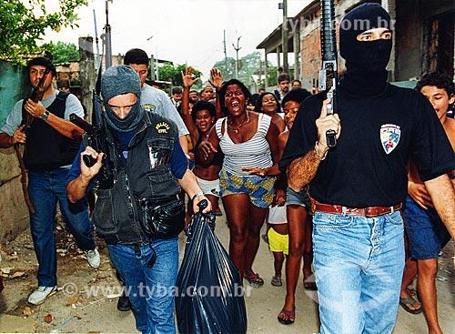 Policiais mascarados com moradores protestando durante operação policial na Favela de Vigário Geral  - Rio de Janeiro - Rio de Janeiro (RJ) - Brasil