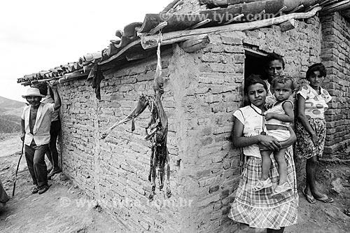 Família na caatinga com carne de raposa secando ao sol  - Canindé - Ceará (CE) - Brasil