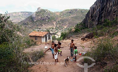 Crianças jogando futebol na zona rural da cidade de Milagres  - Milagres - Bahia (BA) - Brasil